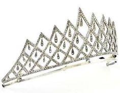 Tiara em prata e ouro, final do século 19 e início de 20, o trabalho Português, formando padrões geométricos com pingente em forma de lágrima, cravejado com cerca de 630 rosa de diamantes.  Peso aproximado:. 54,4 gr.  por amelia
