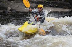 Forfait idéal pour l'apprentissage sécuritaire des rudiments en Kayak d'eau-vive. L'initiation comprend tout l'équipement nécessaire. L'essayer c'est l'adopter !