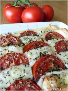 Tarte Tomate Mozzarella - 1 pâte feuilletée - 4 tomates - 3 cuillères à soupe de moutarde - 2 cuillères à soupe de crème fraîche - 100 gr de mozzarella (pour ma part j'utilise la mozzarella type rectangulaire, car elle est moins gorgée d'eau) - 2 x 1 cuillère à soupe de thym déshydraté - 2 x 1 cuillère à soupe de basilic déshydraté - 2 x 1 filet d'huile d'olive - Sel, poivre