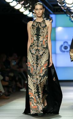 Mekko Batik Modern Gallery 2017 - Upea, siro ja tyylikäs - Variety muoti Indonesia Fashion Week, Batik Fashion, Women's Fashion, Batik Kebaya, Royal Dresses, Valentino, Modest Fashion, Elegant Dresses, Designer Dresses