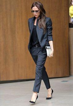 Fashion-Looks: Auch im businessmäßigen Hosenanzug in Anthrazit macht Victoria eine tolle Figur.