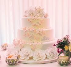 What a bright and beautiful wedding cake