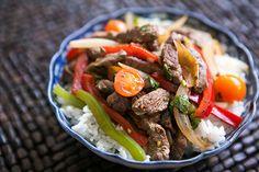 Tiras de filé com pimentões http://www.simplyrecipes.com/recipes/quick_beef_stir-fry_with_bell_peppers/