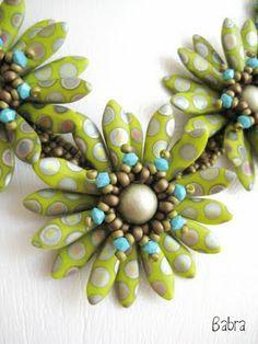 So in love with this dagger bead daisy necklace, fabulous color in the oil spot daggers:  Babragyöngy: Margaréta