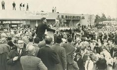 1960. Dimanche 30 Octobre. Sen. John F. Kennedy addresses a crowd of about 30,000 at the Levittown (Pa.) Shopping Center. Courier Times photo