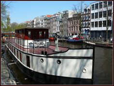 Woonboot met Afrikaanse dame by mefeather, via Flickr Barge Boat, Canal Barge, Canal Boat, Water House, Boat House, Camper Boat, Dutch Barge, Living On A Boat, Floating House
