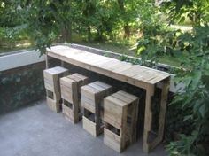 Outdoor pallet bar & stools in outdoor garden. Garden pallets bar and stools made by Pablo Enrique Banuelos, you can find all the steps of this realization on his website Stacked Design. Pallet Bar Stools, Pallet Stool, Outdoor Pallet Bar, Pallet Crates, Old Pallets, Wooden Pallets, Pallet Furniture, Pallet Patio, Outdoor Furniture