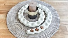 Simple, minimalist and chic: tinker the Advent spiral and design it with children.de - DIY: tinker advent spiral and fill it with children every day. Crafts For Teens To Make, Mothers Day Crafts For Kids, Diy Mothers Day Gifts, Diy For Kids, 4 Kids, Diy Graduation Gifts, Graduation Cookies, Graduation Invitations, Christmas Decorations To Make