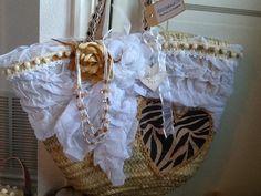 Prachtige handgemaakte IBIZA-tassen. Er is maar van elke tas een, dit maakt dat je een uniek stuk hebt. Ook ibiza hoeden op de site van stylebird.nl. Tas is 59,95 en hoed is 29,95 Diy Straw, Straw Bag, Ibiza Beach, Diy Tote Bag, Flower Bag, Ibiza Fashion, Boho Diy, Pretty Outfits, Crafty