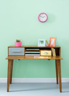 Home decor retro Unique Desks, Interior Design Courses, Painted Drawers, Wood Desk, Home Decor Inspiration, Colour Inspiration, Furniture Inspiration, Decoration, Home Furniture