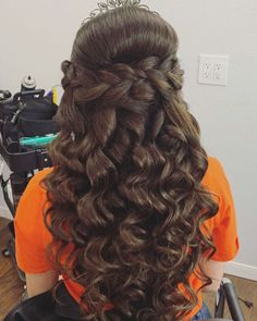 Check out 78 half up half down quinceanera hairstyles. You can create many different looks; try adding braids, bumps, or big/small crowns to this hairstyle! Sweet 16 Hairstyles, Quince Hairstyles, Bride Hairstyles, Down Hairstyles, Hairstyle Ideas, Wedding Hair Half, Hairstyle Wedding, Curls For Long Hair, Short Hair