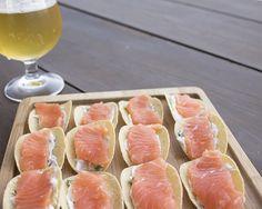 Receita de barquinhas de salmão cru com cream cheese e cebolinha verde. Entrada perfeita para um dia de verão. Moda Sem Blablablá por Bea de Luca.