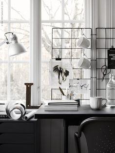 BARSÖ spaljé som anslagstavla och dekorativ förvaringslösning. Inspirationsbilder hängs upp med enkla pappersklämmor. Saxar och muggar är upphängda på GRUNDTAL S-krokar. Den rejäla TILLBAKA kaffemugg är ett måste på skrivbordet, liksom KORKEN flaska. Stylist: Pella Hedeby