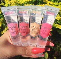 Magic Lip gloss heals and moisturizes lips. Its lightweight and has a high shine effect. Best Lip Gloss, Clear Lip Gloss, Lip Gloss Set, Gloss Labial, Lipgloss, Mac Lipsticks, Glossy Lips, Glossy Makeup, Lip Oil