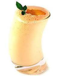 Te recomiendo tomar 1 vaso de este licuado en el desayuno. Recuerda que la infusión de naranja disuelve las grasas y ayuda a perder peso. Bebe diario una taza en ayunas para modelar la figura. Ingredientes Licuado de Platano Mora y Naranja para la Salud .2 tazas de yogurt de vainilla bajo en grasas .1 taza de moras congeladas .1 plátano picado, sin cascara .El jugo de 2 naranjas .1 pizca de canela molida .Hielo picado