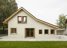 Kategorie: Rodinné domy   Klíčová slova: Architektura, Koupelna, Kuchyň, Moderní rodinný dům, Sedlová střecha, Švýcarsko  Category: Houses  Keywords: Architecture, Bathroom, Kitchen, Modern house, gable roof, Switzerland