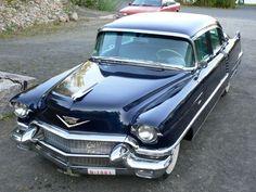 CADILLAC 4D SEDAN DE VILLE Vm.1956 Autoon olemassa kaikki dokumentit ostokuitista tähän päivään. Ohessa auton tarina: Kuvat otettu 2006 jolloin ulkoilutettiin autoa museokatsastusta varten. Auto on siis vuodelta 1956 auton alkuperäinen omistaja kuoli vuonna -58. Alkuperäisen omistaja kuoltua, hänellä oli vain yksi perillinen poika. Isä oli pyytänyt poikaa, että hänen kuoltuaan laittakaa auto talliin ja sinne auto oli sitten jäänyt.