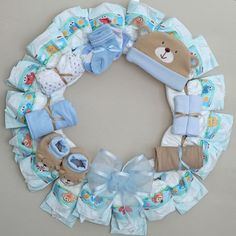 Adorable baby blue Diaper Wreath for a boy! Adorable baby blue Diaper Wreath for a boy! Bricolage Baby Shower, Idee Baby Shower, Baby Shower Baskets, Baby Shower Crafts, Shower Bebe, Baby Shower Diapers, Baby Boy Shower, Diy Diapers, Diy Shower