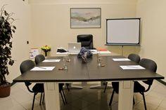 Sala riunioni per corsi di #formazione, #meeting aziendali e incontri di lavoro. Su richiesta organizzazione di gustosissimi coffee break.  #salariunioni #ufficiarredati #Salò #Brescia #ufficiotemporaneo