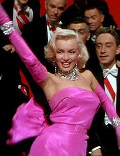 Los caballeros las prefieren rubias- Una joya siempre es buena compañera. Levanta cualquier look ya sea grande, pequeña, joya joya o bisutería. Y aunque eran los mejores amigos de Marilyn, no hace falta que sean diamantes para que brilles.