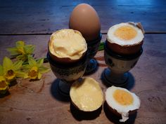 kook eens samen een geklutst eitje met pasen. Stop een rauw eitje in een oude pantykous en slinger dat flink rond tussen twee handen. Gewoon 5 minuten koken: en kijk eens aan! Dat is grappig!