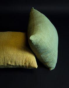 Coussin sur mesure en coton bio    Teintures naturelles : mataraton, jaune oignon, bleu chou & chaine.      Made to measure cushion from organic cotton    Natural dyed : mataraton, yellow oignon, blue cabbage & oak.