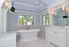 Biała łazienka z wolnostojącą wanną
