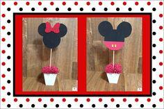 Centro de Mesa com personagens Disney.    Mickey e Minnie feitos em EVA enquanto o cachepô é feito de MDF (resistente e que garante peso suficiente para a decoração não tombar com o vento ou caso a mesa se mova).    Possível personalizar as cores do vaso e também as cores dos personagens.    Cach...