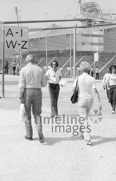 Die Olympischen Spiele in München, 1972 Aldiami/Timeline Images #blackwhite #bw #schwarzweiß #sw #Fotografie #photography #blackandwhitephotography #photo #image #Bild #Foto #Kamera #camera #historisch #historical #traditional #traditionell #retro #nostalgic #vintage #Olympiapark #Olympiastadion #70er #70s #München #Munich #OlympischeSpiele #Olympics #Park #Architektur #Bayern #Oberwiesenfeld #Olympia #Olympiade #Olympiagelände #Sehenswürdigkeit #Sommerolympiade #Zeltdach #bayerisch Eid Al Fitr, Fest Des Fastenbrechens, Image, Olympic Games, Old Pictures