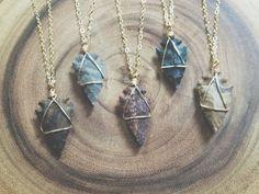 Collie «Guerrière», fait main sur commande. // warrior.  a simple luxe wire wrapped arrowhead necklace.