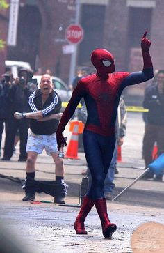 amazing spiderman 2 movie on set photos | Hang in there, we've got more pictures of Spider-Man saving the day ...
