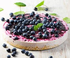 RAW BLUEBERRY CHEESECAKE Light, fresh and delicate, this is one of my favorite raw cheesecake recipes! Each bite melts into your mouth and is packed with vitamins and minerals. Raw Cheesecake, Easy No Bake Cheesecake, Baked Cheesecake Recipe, Blueberry Cheesecake, Simple Cheesecake, Clean Recipes, Cooking Recipes, Boston Cream Pie Cupcakes, Sweet Spice