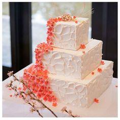 ❁ 和装婚には、桜を使った ウェディングケーキがぴったり♡ . プレートやケーキトッパーの代わりに 水引が乗せられてます 鮮やかな桜が、目を引くケーキ✨ . photo by @azu__san . #プレ花嫁 #結婚式準備 #ウェディングケーキ #桜 #水引 #スクエアケーキ #ケーキ #披露宴 #和婚 #和装婚 #marry #marryxoxo