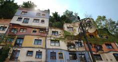 La Hundertwasserhaus (Casa di Hundertwasser) di Vienna è una delle principali attrazioni architettoniche dell'Austria. Il complesso di edifici progettati da Friedensreich Hundertwasser attira visitatori da tutto il mondo.