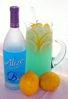 colors of the carribean lemonade lemonade, blue alize liqueur ice, garnish with lemon slices Bbq Party, Party Drinks, Fun Drinks, Beverages, Refreshing Drinks, Cocktails, Cocktail Drinks, Cocktail Mix, French Cognac