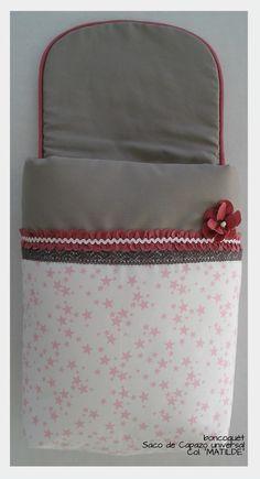 """Saco Capazo universal bebé boncoquét, de la colección """"MATILDE"""". Diseñado en piqué canutillo gris combinado con piqué estrellas rosas sobre fondo blanco."""