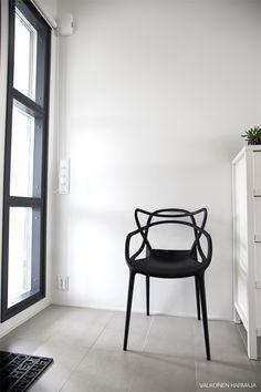 Via Valkoinen Harmaja | Kartell Master Chair | Black and White