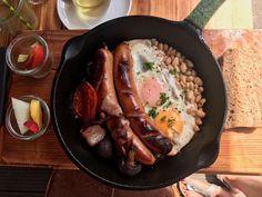 Eier, Bagels & Toasts gibt es im neueröffneten Café Buur im Belgischen Viertel. Durch die vielen Eispeisen auch für Low - Carb Interessierte zu empfehlen. Iron Pan, Hot, Sausage, Brunch, Chicken, Kitchen, Low Carb, Best Scrambled Eggs, Not Interested