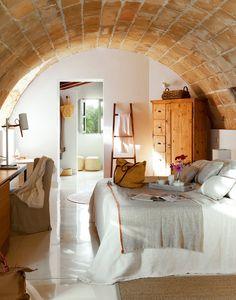 """En Son Jaumell se mantuvo la estructura tradicional de la que fue una antigua """"possessió"""" mallorquina. Arcos, bóvedas, estructuras de piedra autóctona... crean espacios acogedores"""