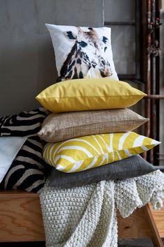 Grosse envie de coussin jaune, motif assimétrique / aztéque qui irait superbement bien avec le gris de mon canap'... Merde, j'vire desesperate housewives.