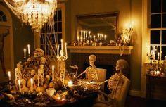 67 Stylish Halloween Dining Room Decoration Ideas - About-Ruth Halloween Motto, Fete Halloween, Spooky Halloween Decorations, Halloween Dinner, Scary Halloween, Halloween Ideas, Halloween Skeletons, Happy Halloween, Halloween Stuff