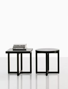 Yard is a series of coffee tables designed by Paolo Piva for Poliform. Examples of original design for living room full of personality. Trunk Side Table, Side Coffee Table, Corner Table, Side Tables, Bedside Table Design, Coffee Table Design, Indoor Outdoor Furniture, Shops, Table And Chairs