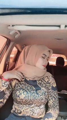 Hijab Teen, Arab Girls Hijab, Muslim Girls, Beautiful Muslim Women, Beautiful Hijab, Long Dress Fashion, Hijab Fashion, Young Girl Models, Muslim Beauty