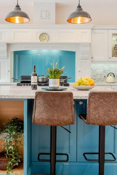 Typical Broadway hand-painted Shaker kitchens are in period colours spanning creams, greys, blues and greens and combining natural wooden doors with a painted finish is a popular look. Today any kitchen that is simple, elegant and practical can be defined as a Shaker kitchen and the style can be applied to suit both modern and traditional tastes. #shaker #shakerstyle #londonkitchen #handpaintedkitchen #bespokekitchen #luxurykitchen Interior Modern, Australian Interior Design, Interior Design Kitchen, Cottage Kitchen Cabinets, Kitchen Decor, Kitchen Ideas, Green Kitchen, Kitchen Showroom, Kitchens And Bedrooms
