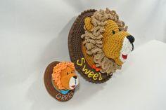 Loekie leeuw uit de reeks wandborden met eigen tekst, gehaakt met naald 2,5 (12cm) en naald 6 (30cm).  Haakpret