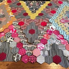 Home from the fabulous QuiltNSW show and a bit manic to work on this seemingly endless project, but at least I'm onto the outer edges now. Partway happy with this section of the lower edge. Wotcha think? #margsdodecagon #hexieshexiesdreamingofhexies #epp #englishpaperpiecing #hexagons