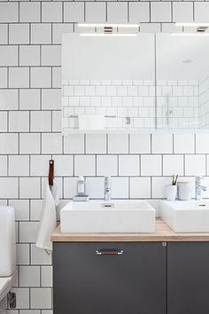 Badrumsmöbel i slät grå från serien Bright, kombination. Handtag i krom med mörkt läder och ovanpå liggande tvättställ.   Ballingslöv