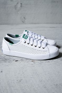 Everything's better in leather. Hi-profile silhouette with a green logo for a pop of color. Perforated sides for breathability. Leather upper with 6 eyelets. Cushioned insole with flexible, textured r