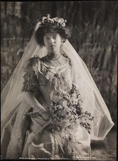 Alice Roosevelt Longworth standing in her wedding dress holding a bouquet at the White House in Washington D.C Looks African american Alice Roosevelt, Theodore Roosevelt, Roosevelt Family, Washington, Gibson Girl, Here Comes The Bride, Vintage Beauty, Unique Weddings, Vintage Weddings