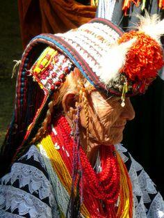 パキスタンの少数民族カラーシュ族の女性。イスラム教が主流のパキスタンの中で独自の信仰を保っている。 By Martin Jung [CC-BY-SA-3.0], via Wikimedia Commons pic.twitter.com/EvmCSZWNha
